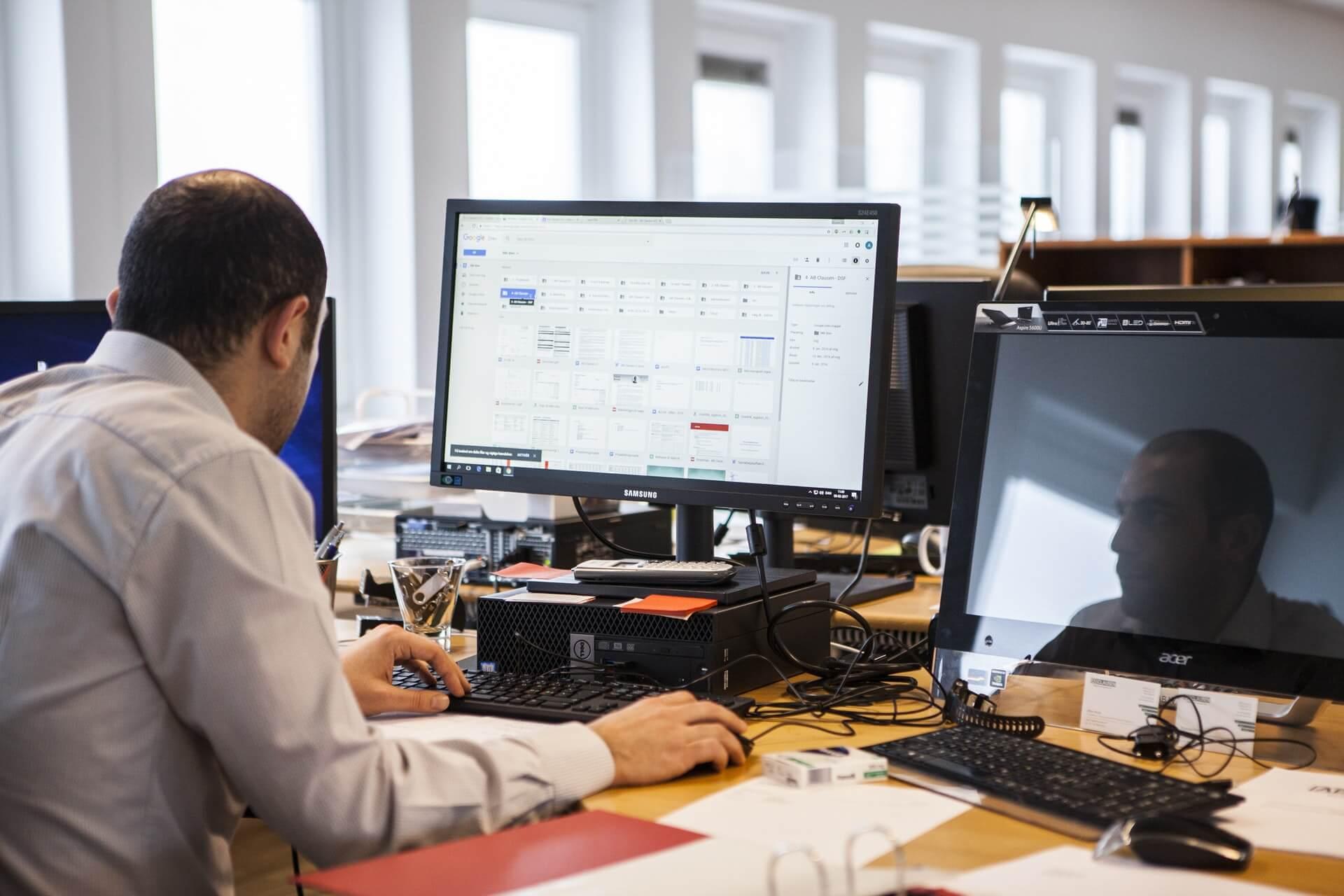 Treinar colaboradores da concessionária com frequência é a melhor maneira de aumentar a performance e os resultados. Veja como a internet pode ajudar nisso!