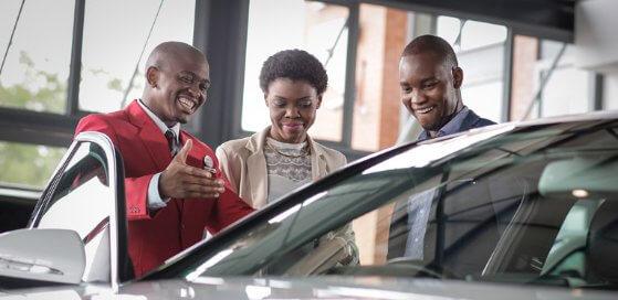 venda de seminovos pessoas felizes comprando o carro
